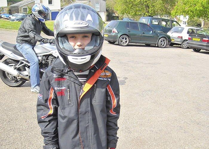 Idade mínima para andar de moto na garupa