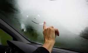 Como desembaçar o vidro do carro?
